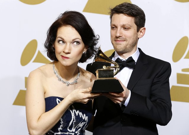"Hilary Hahn and Cory Smythe pose with their award for best chamber music/small ensemble performance for ""In 27 Pieces – The Hilary Hahn Encores"" backstage at the 57th annual Grammy Awards in Los Angeles, California February 8, 2015. (Photo by Mike Blake/Reuters)"