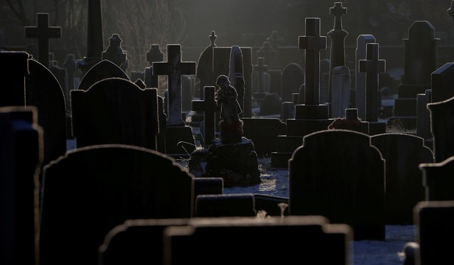 Sunlight hits frost-covered headstones in a graveyard amid the coronavirus disease (COVID-19) outbreak in Manchester, Britain, January 25, 2021. (Photo by Phil Noble/Reuters)