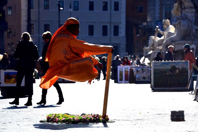 A street artist performs in Piazza Navona, on February 10, 2015 in Rome. (Photo by Gabriel Bouys/AFP Photo)
