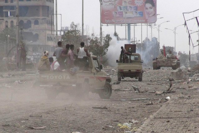 Southern Popular Resistance fighters advance along a street during fighting with Houthi fighters in Yemen's southern port city of Aden May 8, 2015. (Photo by Reuters/Stringer)
