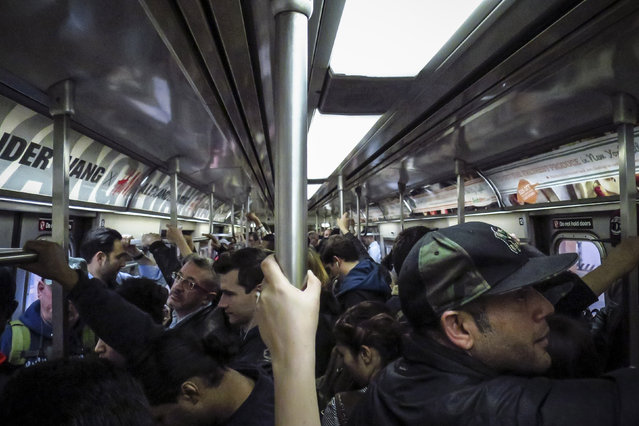 People ride the Subway  «A» line on October 24, 2014 in New York City. (Photo by Kena Betancur/Getty Images)