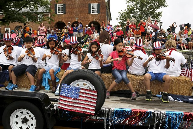 Violinists play patriotic songs during the Independence Day Parade in Fairfax, Virginia July 4, 2015. (Photo by Jonathan Ernst/Reuters)