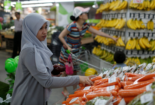 A woman shops for carrots at Foodmart Fresh supermarket in Jakarta, Indonesia, May 4, 2016. (Photo by Reuters/Beawiharta)