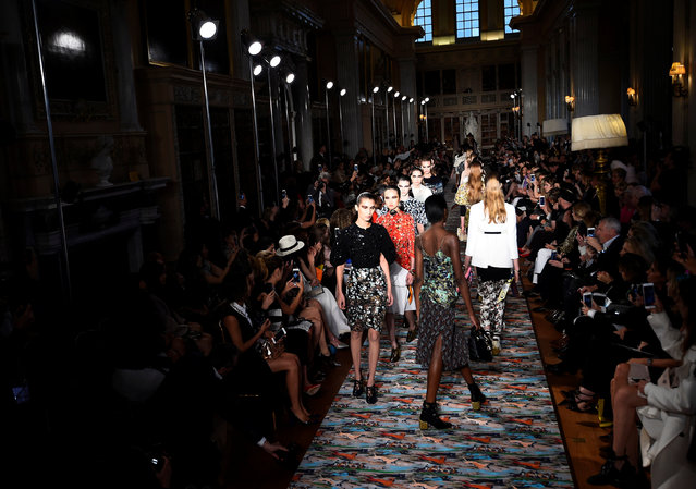 Models wear creations during the Dior Cruise 2017 Collection fashion show inside Blenheim Palace in Woodstock, Britain May 31, 2016. (Photo by Dylan Martinez/Reuters)