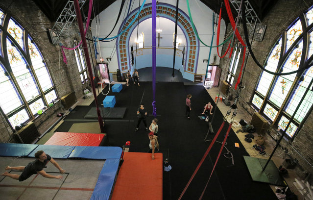 Performers train at the Aloft Loft circus training and teaching school which was converted from a church, in Chicago, Illinois, U.S., September 23, 2016. (Photo by Jim Young/Reuters)