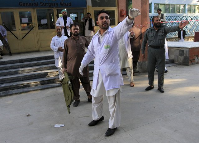 Rescue workers give instructions after an earthquake at a hospital in Jalalabad, Afghanistan October 26, 2015. (Photo by Reuters/Parwiz)