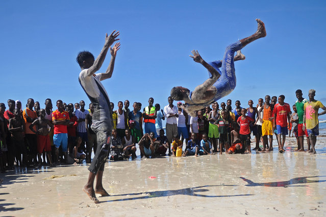 Somali actors practice their fighting actions on Lido beach in Mogadishu, on April 13, 2018. (Photo by Mohamed Abdiwahab/AFP Photo)