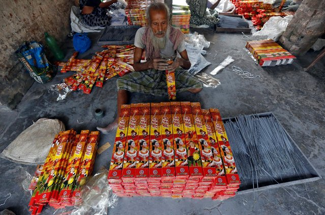 A man packs sparklers for sale at a factory ahead of Diwali, the Hindu festival of lights, on the outskirts of Kolkata, India October 20, 2016. (Photo by Rupak De Chowdhuri/Reuters)