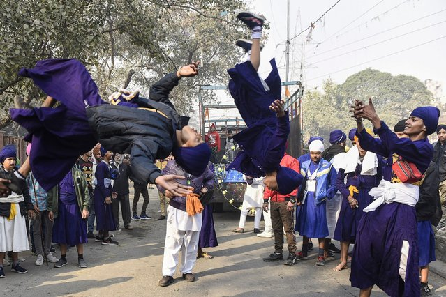 """Sikh Nihang (Sikh warriors) perform """"Gatka"""", an ancient form of Sikh martial arts, during the """"Nagar Kirtan"""" procession to mark the 339th birth anniversary of the Sikh warrior Shaheed Baba Deep Singh, in Amritsar on January 31, 2021. (Photo by Narinder Nanu/AFP Photo/Profimedia)"""