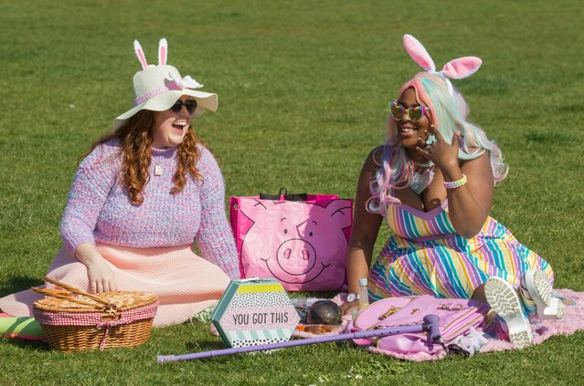 A pair of Easter bunnies socialise in the sunshine on April 4, 2021 in Brighton, United Kingdom. Earlier this week, the UK government eased rules on socialising, permitting groups of six people (or more if limited to two households) to meet outdoors. The latest lockdown measures were imposed at the end of last year to curb a surge in Covid-19 cases. (Photo by David McHugh/Brighton Pictures)