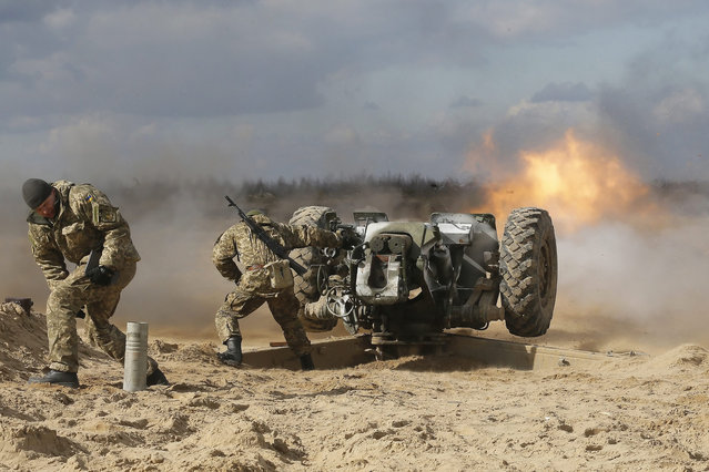 Recently mobilized Ukrainian soldiers fire an artillery piece during their training session on the shooting range near of Perlyavka village not far of Zhytomyr, Ukraine, 06 March 2015. (Photo by Sergey Dolzhenko/EPA)