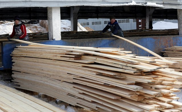 Employees sort planks at the Novoyeniseisk wood processing plant, with the air temperature at about minus 20 degrees Celsius (minus 4 degrees Fahrenheit), in the town of Lesosibirsk in Krasnoyarsk Region, Siberia, Russia, February 16, 2016. (Photo by Ilya Naymushin/Reuters)