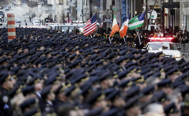 Police officers fill New York's Fifth Avenue prior to the funeral for Steven McDonald at St. Patrick's Cathedral in New York, New York, USA, 13 January 2017. The detective was paralyzed from the neck down in 1986 after he was shot by a teen bicycle thief in Central Park. (Photo by Jason Szenes/EPA)