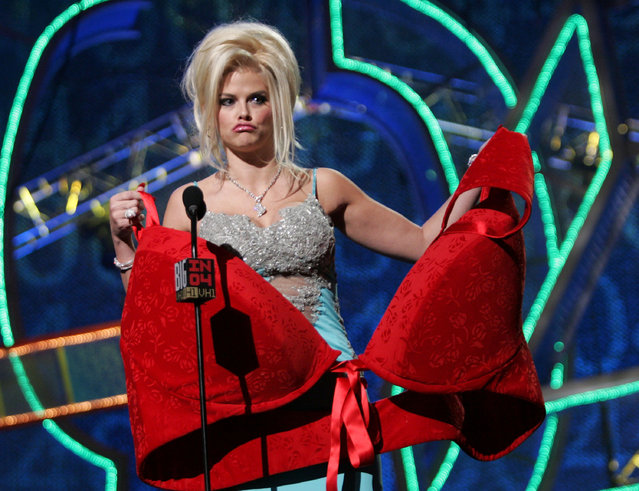 Model Anna Nicole Smith accepts the Big Makeover of 04 Award onstage during the VH1 Big in 04 at the Shrine Auditorium on December 1, 2004 in Los Angeles, California. (Photo by Frank Micelotta/Getty Images)