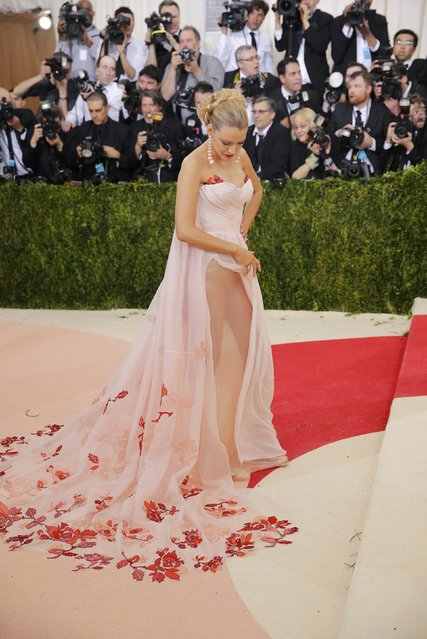 """Actress Blake Lively arrives at the Metropolitan Museum of Art Costume Institute Gala (Met Gala) to celebrate the opening of """"Manus x Machina: Fashion in an Age of Technology"""" in the Manhattan borough of New York, May 2, 2016. (Photo by Eduardo Munoz/Reuters)"""