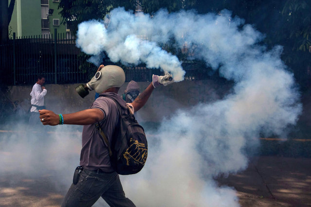 Demonstrators clash with police during an opposition protest in Caracas, Venezuela, 19 april 2017. Police, using tear gas, dispersed protesters in the center of Caracas. Venezuela is the scene of massive protests for both government supporters and opposition groups heightening tension throughout the country. (Photo by Miguel Gutierrez/EPA)