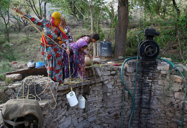 People fetch drinking water from a well, on the outskirts of Ajmer, April 18, 2017. (Photo by Himanshu Sharma/Reuters)