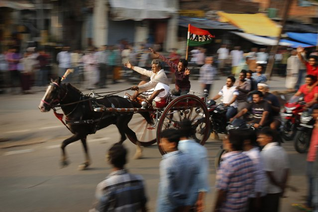 "Participants race their ""Ikka"", or a horse driven cart at an event in Allahabad, India , Monday, August 3, 2015. The event, organized by the ""Ikka"" owners, follows an old tradition where races are held every Monday of the Hindu calendar month of ""Saawan"", the month that coincides with the monsoon season. (Photo by Rajesh Kumar Singh/AP Photo)"