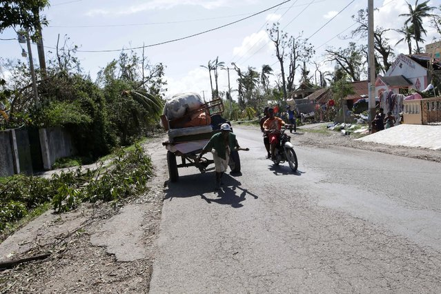 A man pulls a cart loaded with his belongings after Hurricane Matthew in the outskirts of Les Cayes, Haiti, October 7, 2016. (Photo by Andres Martinez Casares/Reuters)