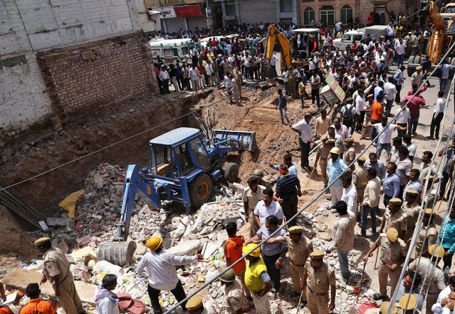 Police and rescue workers look for survivors amidst the rubble at the site of a collapsed building in Jodhpur, India May 22, 2018. (Photo by Reuters/Stringer)