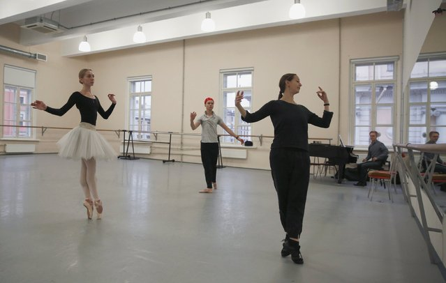 "Ballet soloist Valeria Zapasnikova (L) and principal dancer Leonid Sarafanov follow the instructions of repetiteur Zhanna Ayupova during a rehearsal of ""The Nutcracker"" choreographed by Nacho Duato at the Mikhailovsky Theatre in St. Petersburg, Russia November 17, 2015. (Photo by Grigory Dukor/Reuters)"