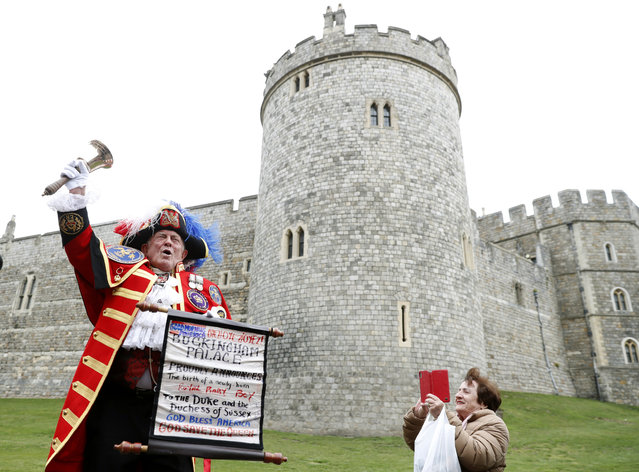 An unofficial Town Crier announces the birth of a baby boy born to Britain's Prince Harry and Meghan, the Duchess of Sussex, outside Windsor Castle in Windsor, south England, Monday May 6, 2019, after Prince Harry announced that his wife Meghan, Duchess of Sussex, has given birth to a boy. (Photo by Alastair Grant/AP Photo)