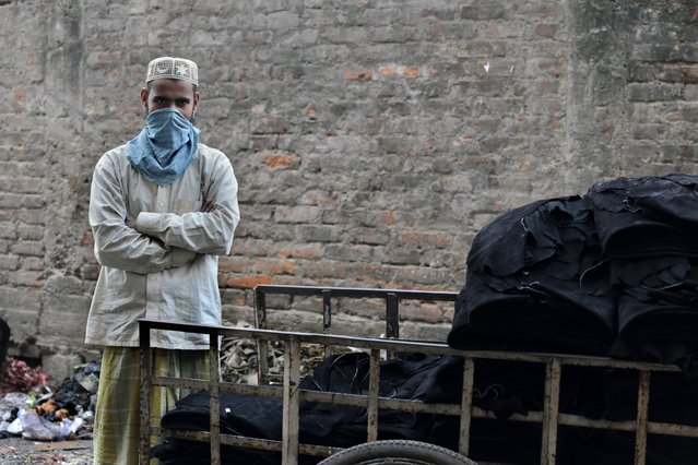 Indian laborer Mainoor Rahaman (L) transports dry leather from a tannery workshop to a bag factory in Calcutta, eastern India, 17 February 2014. (Photo by Piyal Adhikary/EPA)