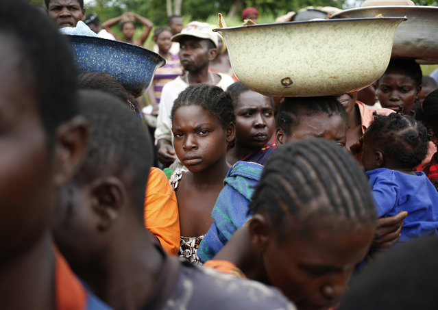 Internally displaced people wait for food distribution by a foreign non-governmental organization (NGO) in the town of Boda April 15, 2014. (Photo by Goran Tomasevic/Reuters)