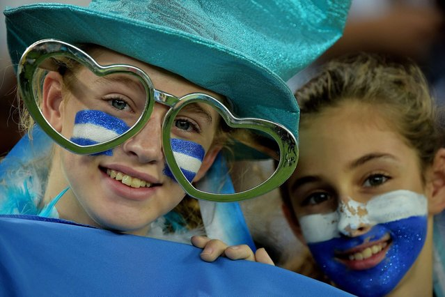 Fans wait for the start of a Group F football match between Argentina and Bosnia Hercegovina at the Maracana Stadium in Rio De Janeiro during the 2014 FIFA World Cup on June 15, 2014. (Photo by Gabriel Bouys/AFP Photo)