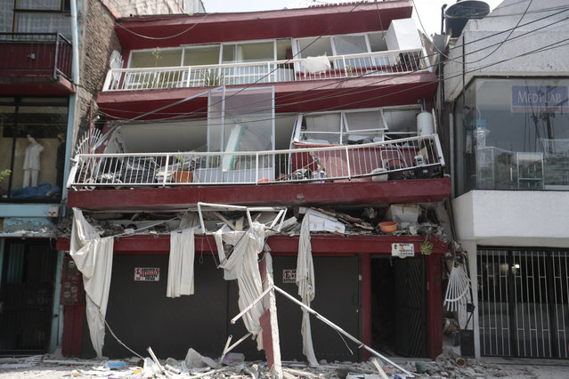 A heavily damaged building stands after an earthquake in the Narvarte neighborhood of Mexico City, Tuesday, September 19, 2017. A magnitude 7.1 earthquake has rocked central Mexico, killing at least 55 people as buildings collapsed in plumes of dust and thousands fled into the streets in panic. (Photo by Eduardo Verdugo/AP Photo)