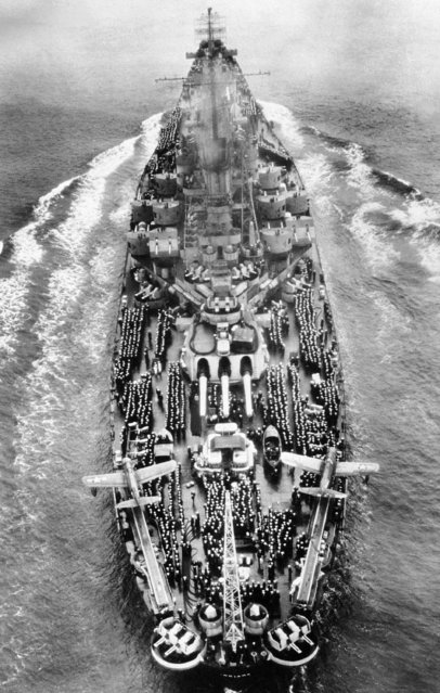 The U.S.S. Indiana is seen with sailors lining her deck as she enters San Francisco bay passing under the Golden Gate Bridge on October 6, 1945. The ship was carrying 879 Navy and Marine personnel as passengers and was the first of the warships to return from the Pacific area. (Photo by AP Photo)