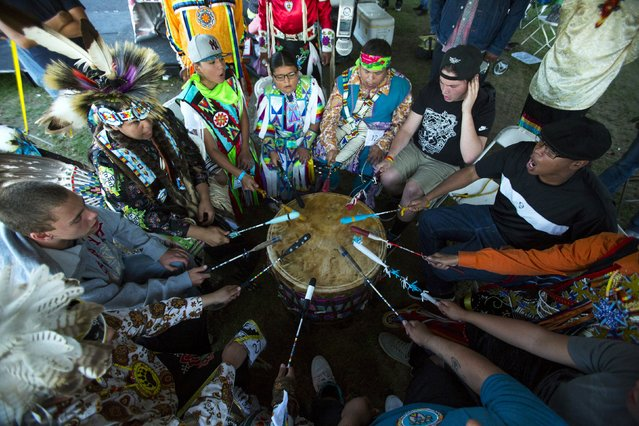 "Revellers play the drum and sing during a ""pow-wow"" celebrating the Indigenous Peoples' Day Festival in Randalls Island, New York, October 11, 2015. (Photo by Eduardo Munoz/Reuters)"