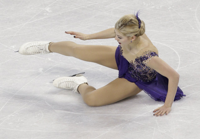 Gracie Gold falls as she performs during the women's free skate program at the U.S. Figure Skating Championships in Greensboro, N.C., Saturday, January 24, 2015. (Photo by Chuck Burton/AP Photo)