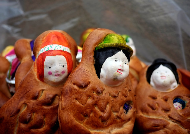 """""""T'antawawas"""" (children's bread) are displayed in a popular market to commemorate All Saints Day in La Paz, October 30, 2016. (Photo by David Mercado/Reuters)"""