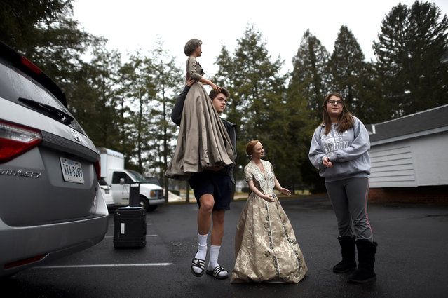 (L-R) Nick, 15, and Katherine Schaefer, 12, carry out (L-R) First Ladies Bess Truman and Mary McElroy after purchasing them from an auction of the Hall of Presidents Museum, which closed in November, in Gettysburg, Pennsylvania, U.S. January 14, 2017. (Photo by Mark Makela/Reuters)