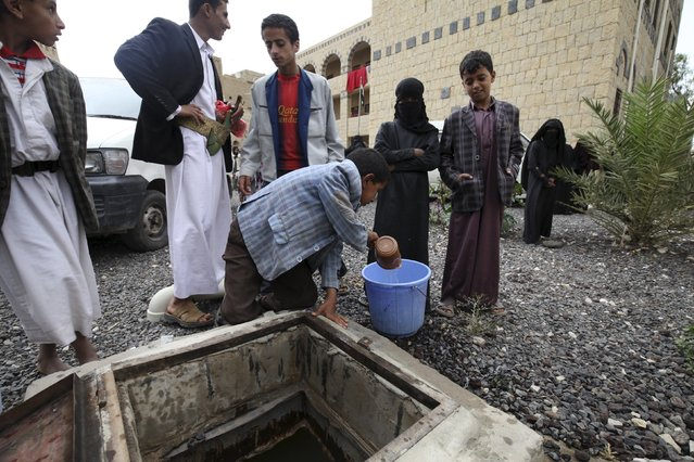 Internally displaced people fill water in a school in the district of Khamir of Yemen's northwestern province of Amran May 9, 2015. (Photo by Mohamed al-Sayaghi/Reuters)