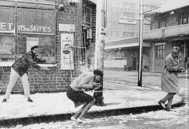 1962: Women playing in the street as the snow falls on Johannesburg for the first time in seventeen years