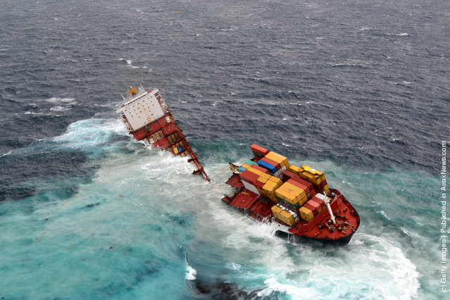 MV Rena Splits In Two After Large Swells