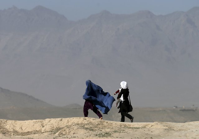 Afghan women walk during a wind storm in Kabul, Afghanistan May 25, 2015. (Photo by Mohammad Ismail/Reuters)