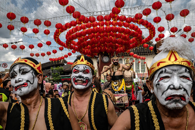 Participants perform parade in the street during Grebeg Sudiro festival on January 19, 2020 in Solo City, Central Java, Indonesia. Grebeg Sudiro festival is held as a prelude to the Chinese New Year, which falls on January 25th this year, welcoming the Year of the Rat. People bring offerings known as gunungan, including Chinese sweetcakes piled up into the shape of mountains, which are paraded in the streets followed by Chinese and Javanese performers. (Photo by Ulet Ifansasti/Getty Images)