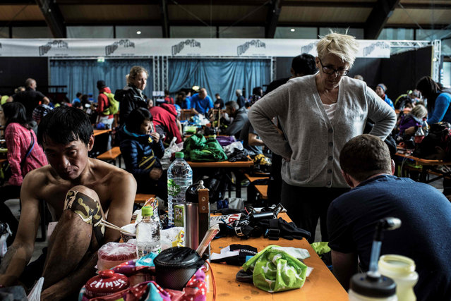 Ultra- trailers eat and rest at a refreshment post on September 2, 2017 in Courmayeur, Italy, during the 15 th edition of the Mount Blanc Ultra Trail (UTMB), a 170 km race around the Mont Blanc crossing France, Italy and Switzerland. (Photo by Jeff Pachoud/AFP Photo)
