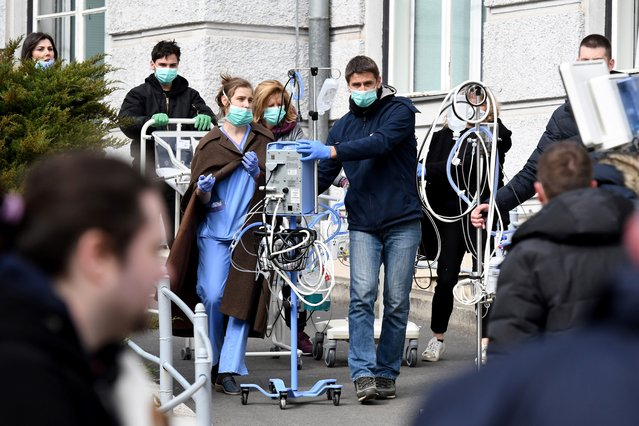 Medical staff and volunteers evacuate a maternity hospital in Zagreb, on March 22, 2020, after an earthquake hit the country at 06:00 am (0500 GMT). A magnitude 5.3 earthquake has shaken Croatia damaging buildings and cutting off electricity in a number of neighborhoods. (Photo by Denis Lovrovic/AFP Photo)