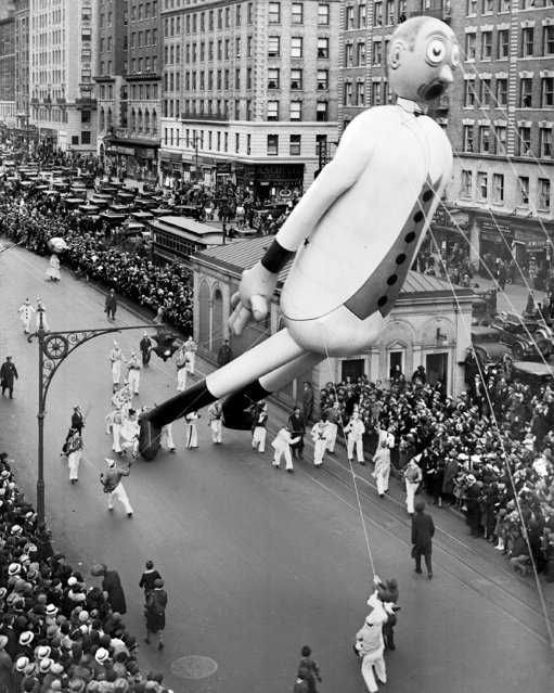 Gulliver The Gullible was one of stars of Macy's Thanksgiving Day parade, 1933. The man who peeps in eighth story windows scored hit all down the line. Here he is passing 98th Street and Broadway. (Photo by NY Daily News Archive via Getty Images)