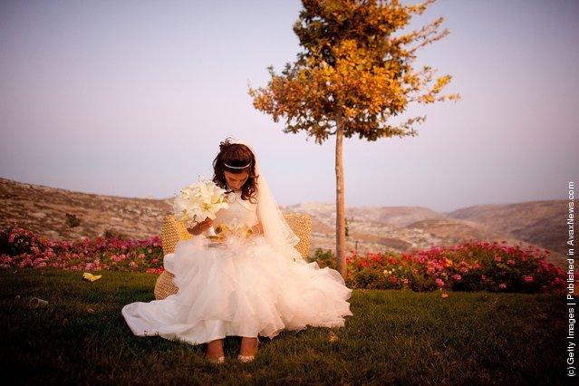 A Jewish bride prays ahead of her wedding