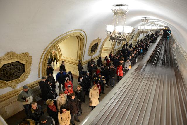 Subway passengers wait at the Kievskaya metro station of the Koltsevaya Line in Moscow, on November 14, 2012. (Photo by Kirill Kudryavtsev/AFP Photo)