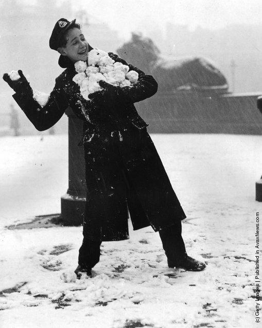 1946: A telegram boy with an armful of snowballs in Trafalgar Square