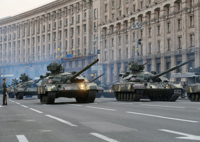Ukrainian servicemen drive tanks during a rehearsal for the Independence Day military parade in central Kiev, Ukraine, August 22, 2016. (Photo by Valentyn Ogirenko/Reuters)