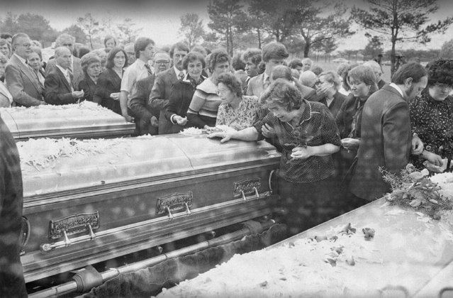 Mrs. Helen Tarasiewicz, mother of Tylenol cyanide victim Theresa Tarasiewicz Janus, weeps over the casket containing her daughter's body during graveside services at Maryhill Cemetery in Chicago Tuesday, October 6 1982. (Photo by Charles Knoblock/AP Photo)