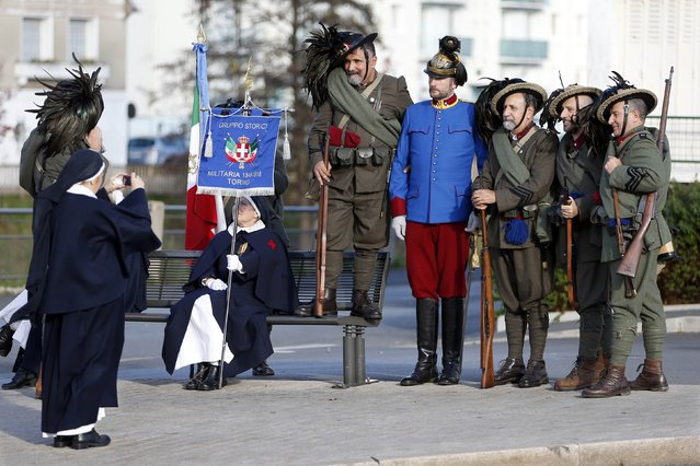 """History enthusiasts of the Italian association """"Gruppo Storico Militaria"""", attend an Armistice Day ceremony to commemorate the end of World War One at Chateau Thierry, eastern France, November 11, 2014. (Photo by Charles Platiau/Reuters)"""