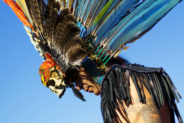"A reveller gets ready to dance during a ""pow-wow"" celebrating the Indigenous Peoples Day Festival in Randalls Island, New York, October 11, 2015. (Photo by Eduardo Munoz/Reuters)"
